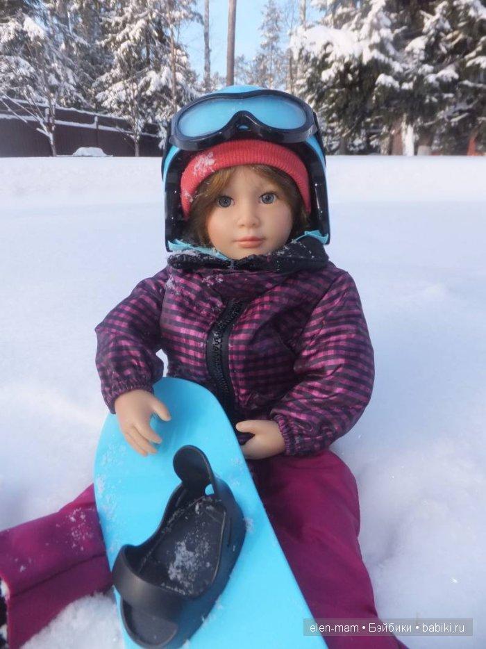 Сидит на снегу, крупный план