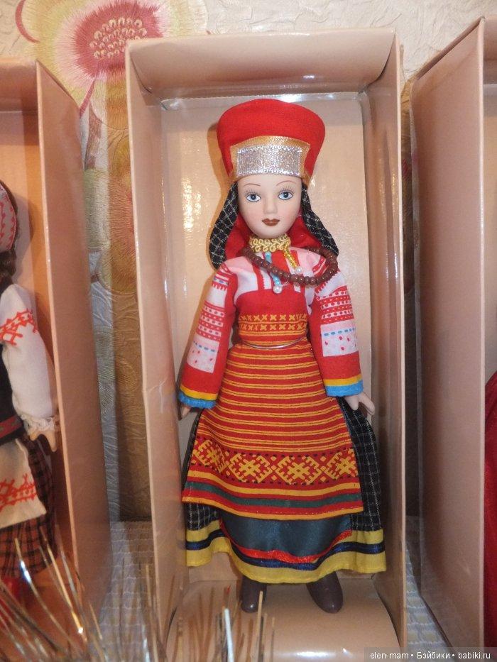 Одна кукла, красный кокошник
