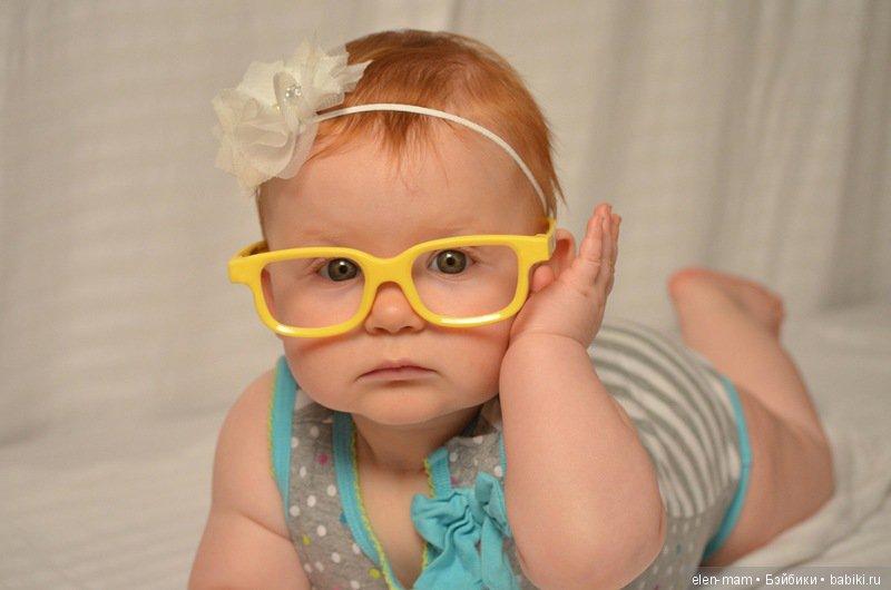 малышка в жёлтых очках