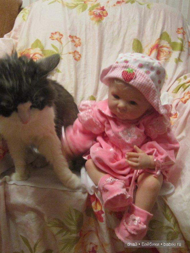 "- ""А это кот Мурзик, он добрый, дал мне лапку"""