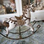 Красивая лошадка в антикварном стиле.