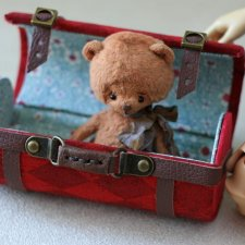 Два чемодана и тубус-переноска для кукол и мишек.