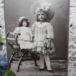 Шикарные антикварные фотографии с куклами и игрушками, золотое тиснение, паспарту. 1870-1900гг.
