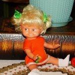 Маленькая,винтажная,резиновая куколка ГДР в родной одежде.