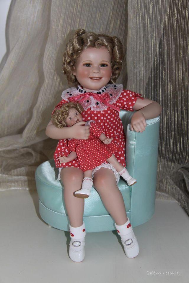 Ширли Темпл в красном платье с куклой.