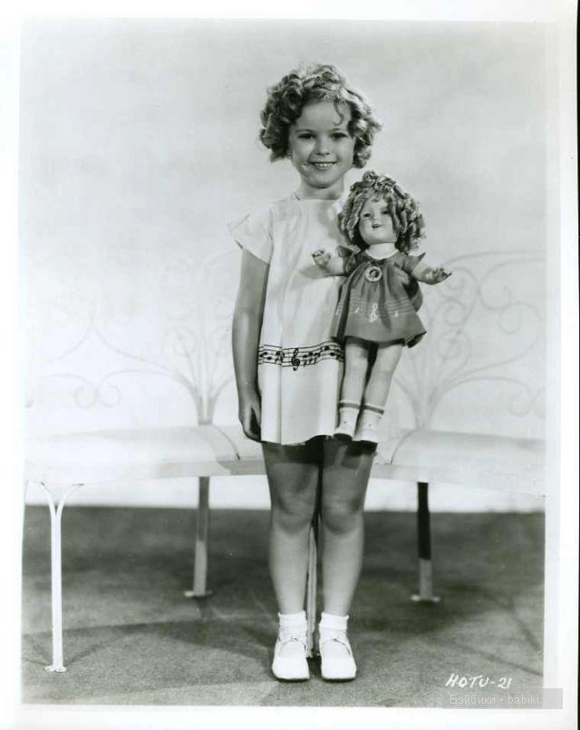 Ширли Темпл в зелено-белом платье с куклой.
