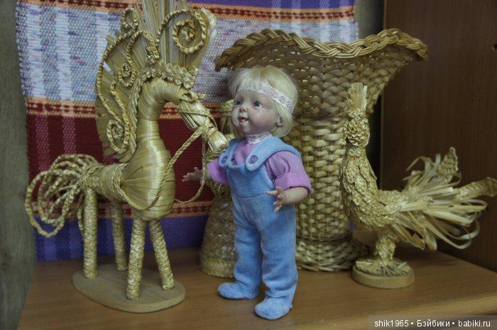 Малышу понравился соломенный конь))