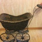 Ранняя, редкая, плетеная антикварная коляска для больших кукол.