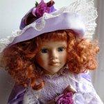 Фарфоровая кукла в сиреневом