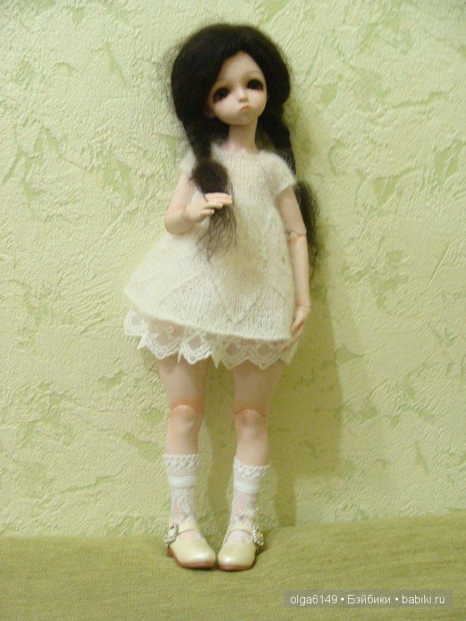 Мики в белом вязанном платье