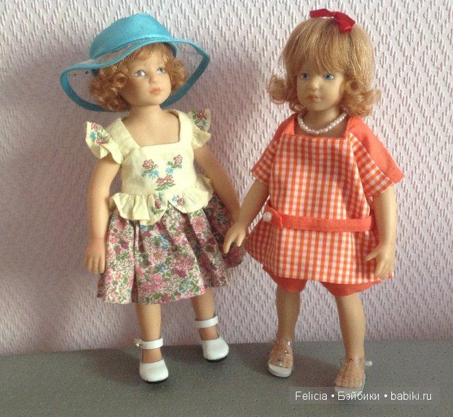 Костюмчик на правой куколке сшила сама, (а также пальтишко на предыдущих фото).
