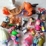 Лот маленьких игрушек.