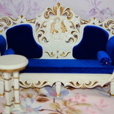 Красивый диванчик со столиком из дерева!