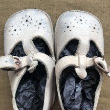 Старые кожаные детские туфли.