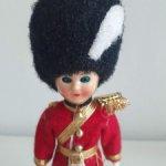 Английская куколка в костюме королевского гвардейца