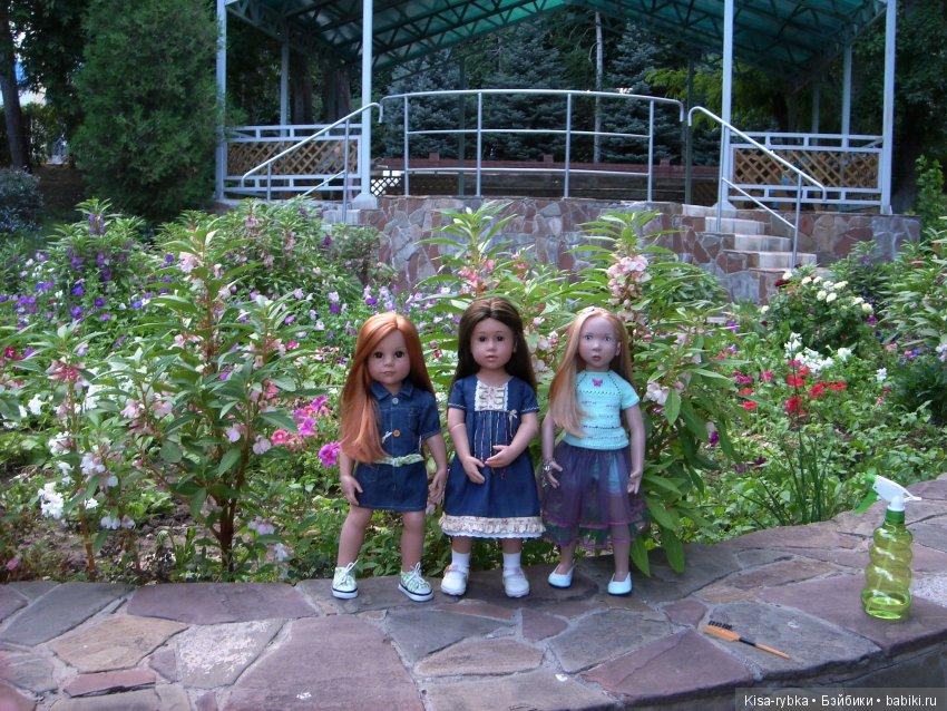 Три куклы и две помощницы:)