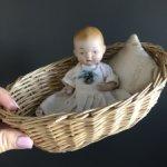 Винтажная фарфоровая лялечка Bye-Lo в корзиночке
