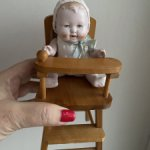Фарфоровый бутуз Феликс в детском стульчике