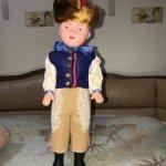 Сувенирный паренек в национальной одежде