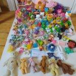 Много ярких мелочей нужных для кукол и игр