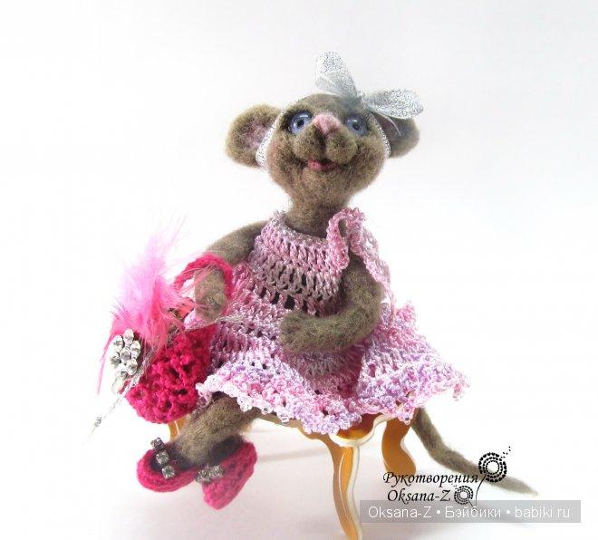 Гламурная мышка Марго очень любит сидеть на лавочке и наслаждаться свежим воздухом