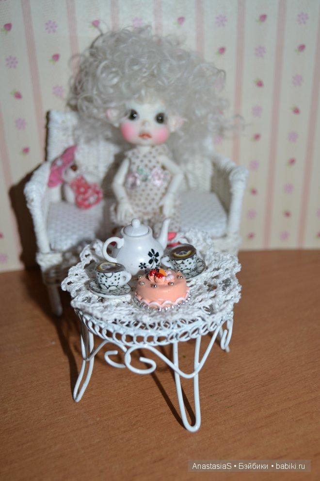 Когда малявки нагулялись,Мирон предложил попить чай с вкусняшками))