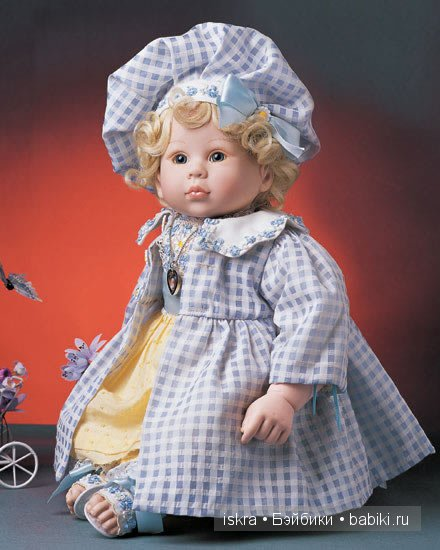 Дэйзи само очарование! Крупные локоны обрамляют нежное личико. Головку украшает роскошный берет с атласным голубым бантом. Одета Дэйзи в жёлтое платье и хлопковое пальто в голубую клетку. Ножки обуты в босоножки. Весь наряд украшен вышитыми цветами. Beverly Stoehr.