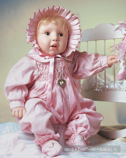 Доун с головы до ног одета в розовое. На ней роскошный комбинезон из блестящего хлопка, украшенный буфами на лифе. Воротничёк с розами. На белокурой головке - чепец с пышными складками. На ножках - текстильные пинеточки. Наивные и доверчивые голубые глазки. Она - прелесть! Автор  Pat Moulton.