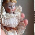 Маленькая фарфоровая Mignonnette начала 20 века, в родном наряде!