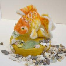 Золотая рыбка на подставке в технике сухое валяние