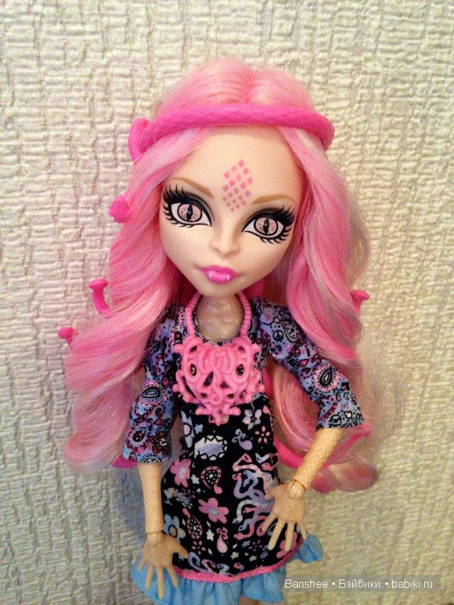 Монстр хай с розовыми волосами