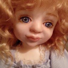 Куколка с голубым бантом