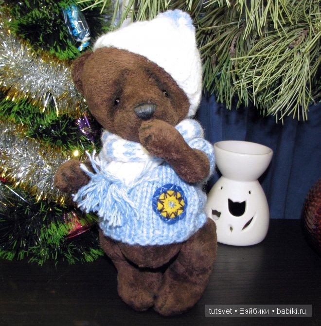 Арни -  очень серьезный и основательный медведь, спокойный, молчаливый. Любит спорт и прогулки по зимнему лесу. На Арни вязанная безрукавка, шарф и нарядная шапочка. На безрукавке нашивка из фетра, с вышитой восьмиконечной звездой.