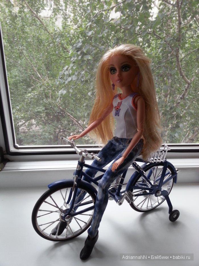 Блондиночка Лея-велосипедистка