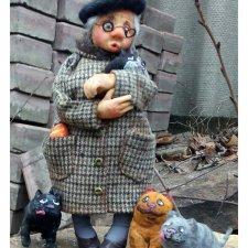 Бабуля с котиками - авторские игрушки Лилии Василик