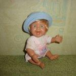 Кукла пупсик виниловый . мальчик в панамке. Начало 2000г. Не игранный