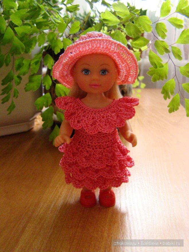 Еви в розовом платье и розовой шляпе.