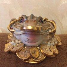 Фарфоровая лягушка с монетами