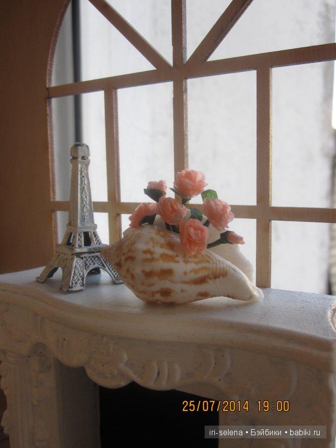 розы в вазе из ракушек