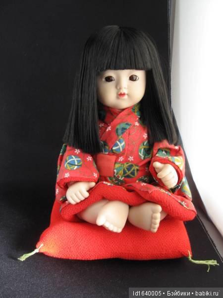 c46e14742dfd К одной из таких форм можно отнести Суатэ-дакэ-нингё («сидящие  фиксированно»). Эти куклы изображают сидящих детей более юного ...