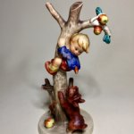 Фарфоровая статуэтка «Мальчик на дереве». Hummel.