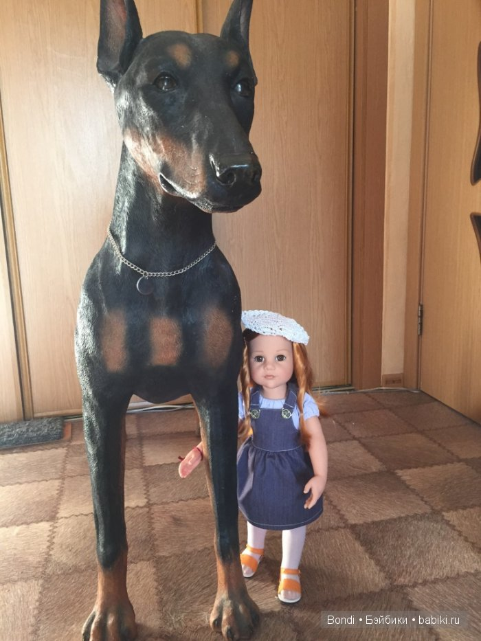 Алисочка с охранником дома.
