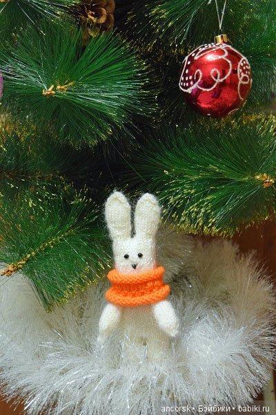 Зайчик в снегу, под елочкой