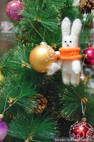 Зайчик запрыгнул на новогоднюю елку