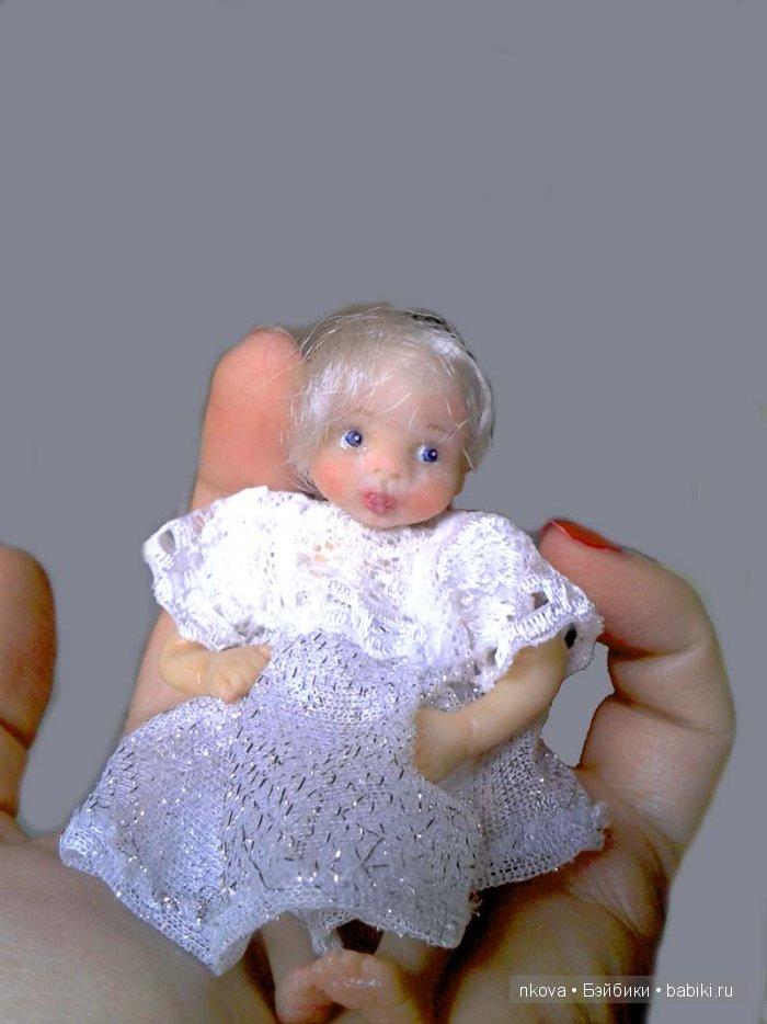 А теперь куколка в платьюшке!