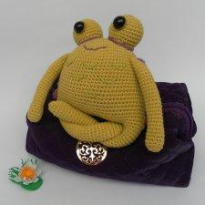 Лягух-йога, игрушка вязанная крючком