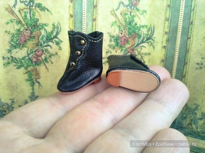Маленькие черные сапожки для куклы, длина 23 мм