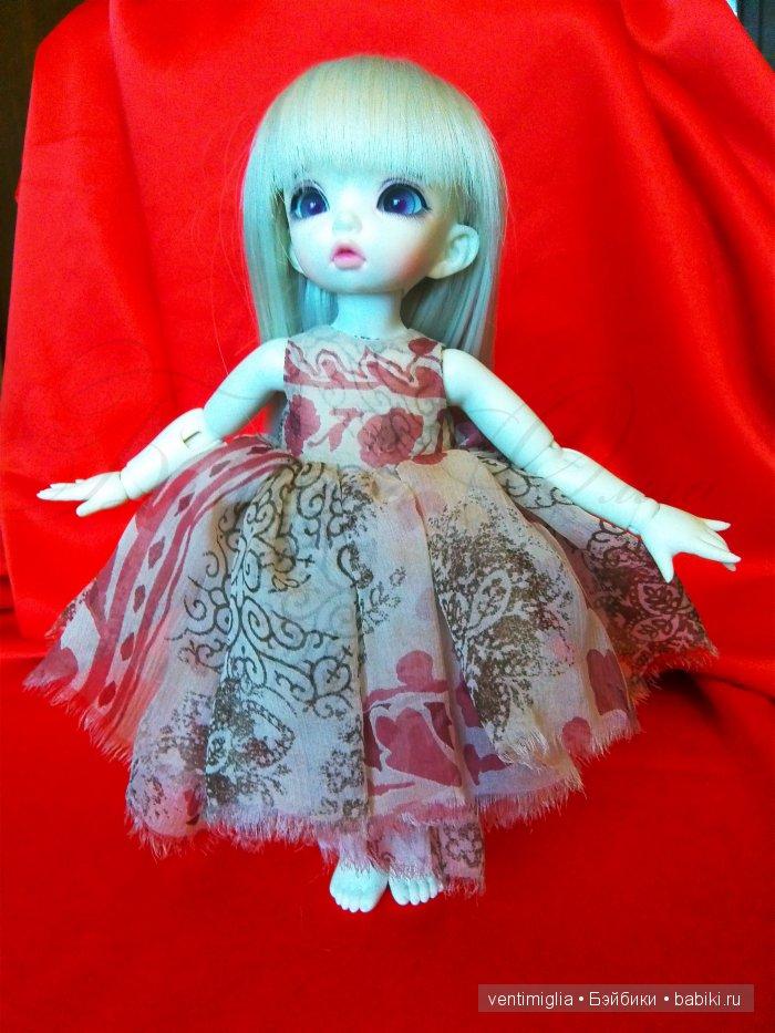 Пушистое девичье платьице их тончайшего узорчатого шелка, многослойность и драпировка придают изделию невероятную игривость :-)
