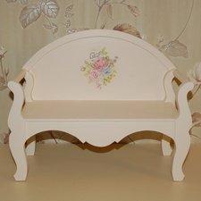Деревянный диван в винтажном стиле.