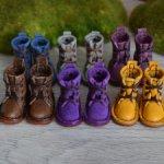 Высокие ботинки с маленьким каблуком на шнуровке